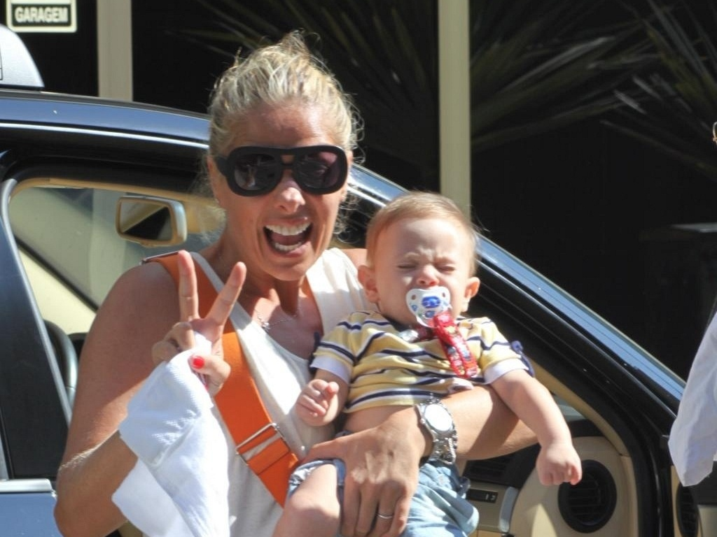Adriane Galisteu com o filho Vittorio, no Rio (27/2/2011)
