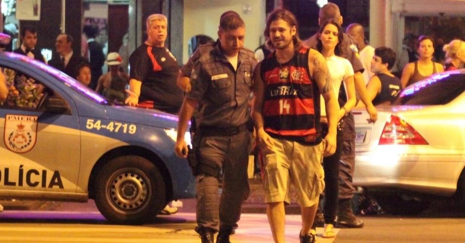 Dado Dolabella conversa com policiais e vai embora de pizzaria no Leblon (27/2/2011). Luana Piovani chamou a polícia, pois Dolabella deve ficar a pelo menos 250 metros de distância