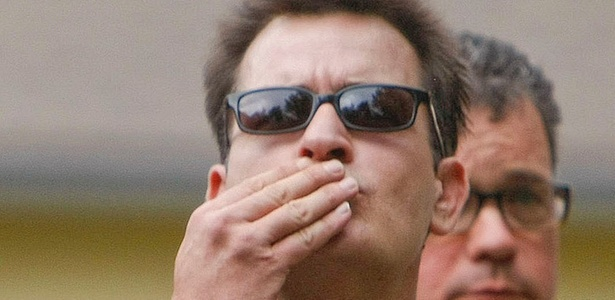 Charlie Sheen manda beijos para os fãs ao chegar a um tribunal em Aspen, Colorado (2/8/2010)