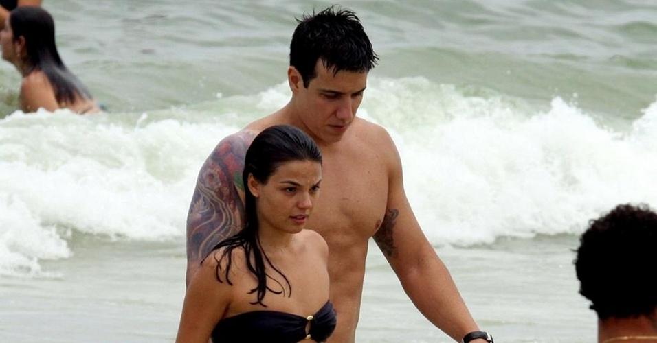 Isis Valverde e Luís Felipe Reif na Praia da Barra, no Rio (4/12/10)