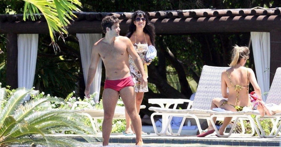 Bruno Gagliasso e Giovanna Ewbank curtem piscina em Salvador (4/3/2011)