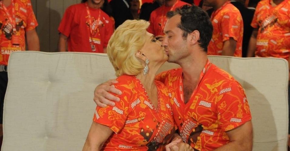 Hebe Camargo e Jude Law dão selinho (6/3/2011)