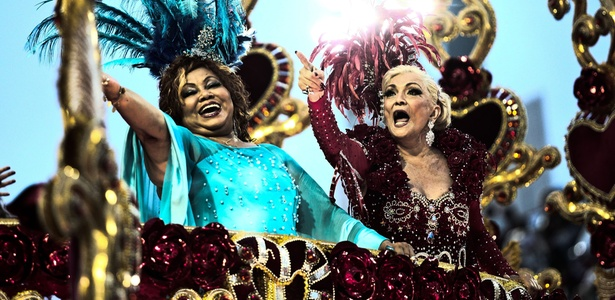 A cantora Alcione e a apresentadora Hebe Camargo desfilam na Beija-Flor, no Carnaval de 2011, na madrugada de terça-feira, dia que Hebe completa 82 anos (8/3/11)