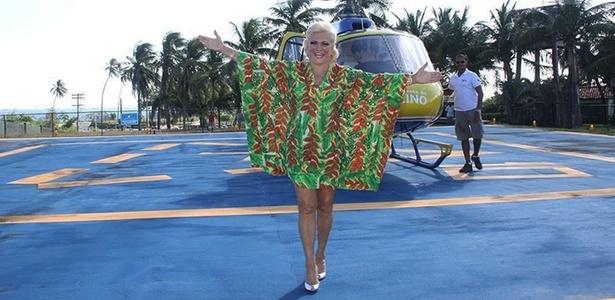 No dia em que completa 82 anos, Hebe Camargo mostra que está com todo o pique. Um dia depois de desfilar para a Beija-Flor e de trabalhar em camarote VIP, a apresentadora chega de helicóptero em Salvador, Bahia, onde desfila com Claudia Leitte (8/3/11)