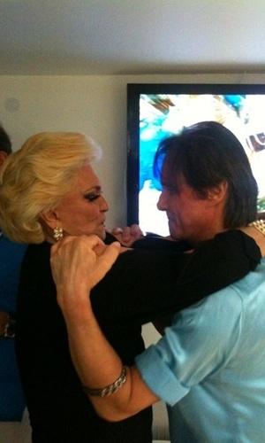 Hebe posta foto com Roberto Carlos antes do desfile da Beija-Flor (7/3/11)