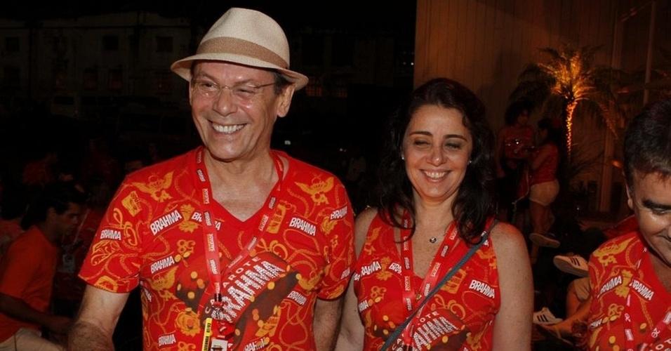 José Wilker e a namorada,a jornalista Cláudia Montenegro, na camarote da Brahma (7/3/11)