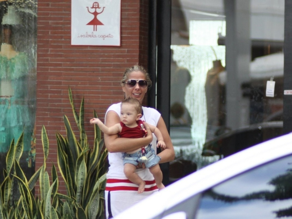 Adriane Galisteu passeia com o filho Vittorio pelo Leblon, na zona sul do Rio (11/3/11)