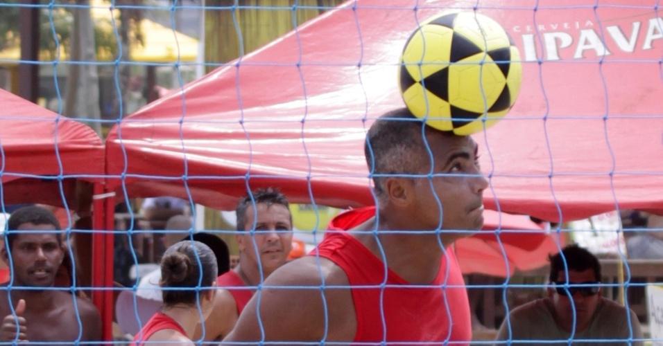 Romário joga futevôlei na praia do Pepê, Rio de Janeiro (12/03/2011)