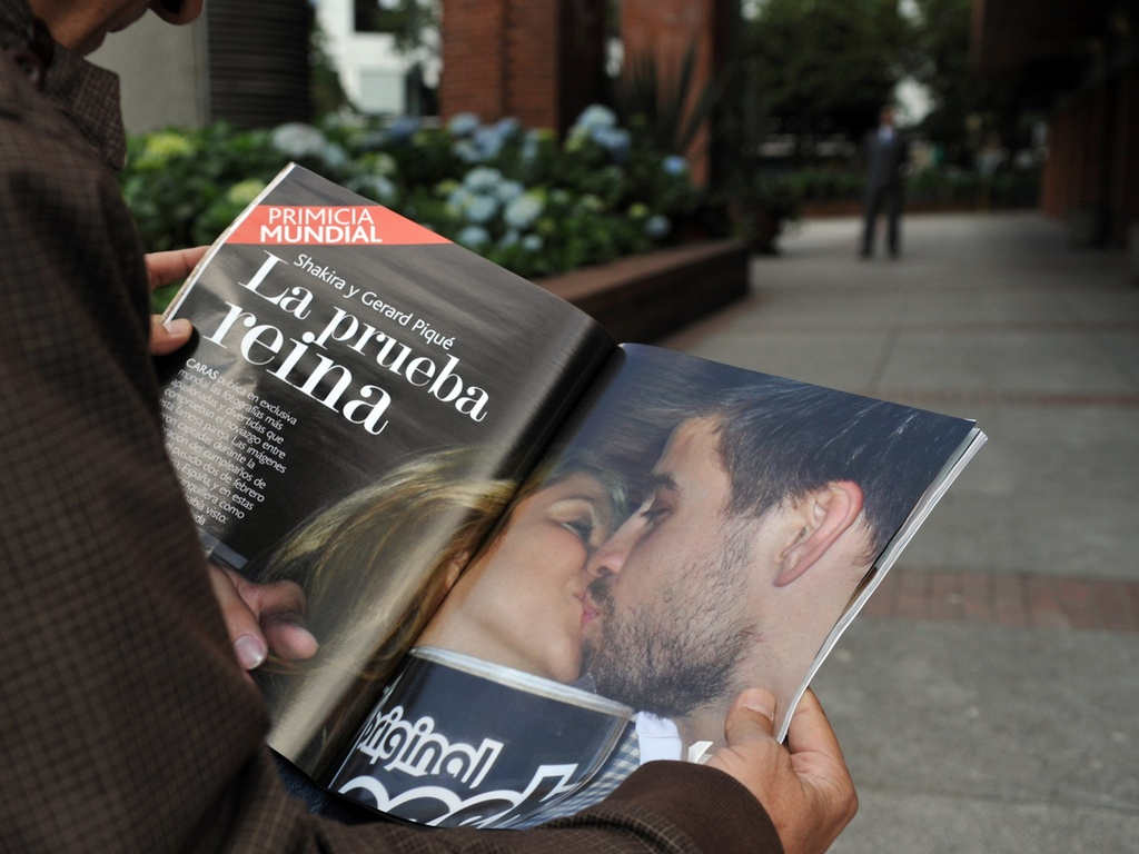 Homem olha revista