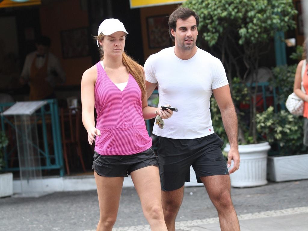 Letícia Birkheuer e o namorado Alexandre Furmanovitch caminhando pela orla do Leblon (11/3/2011)