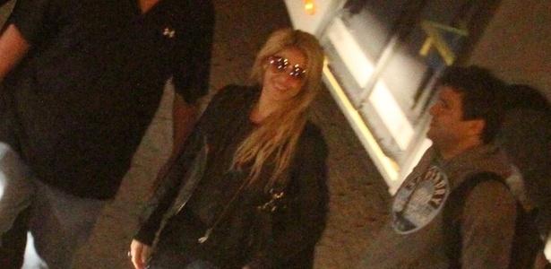 Shakira desembarca no aeroporto Salgado Filho, em Porto Alegre, para uma série de shows que fará no Brasil (14/3/2011)