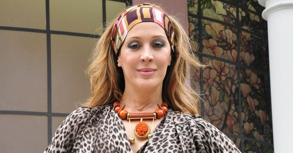 Cláudia Raia posa com o figurino de Jaqueline Maldonado em