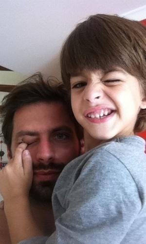 Henri Castelli posta foto com o filho Lucas (17/3/11)