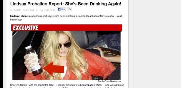 Lindsay Lohan segurando um chá que tem 0.5% de álcool ou menos, segundo o site TMZ (17/3/2011). A atriz está em liberdade condicional e proibida de consumir álcool
