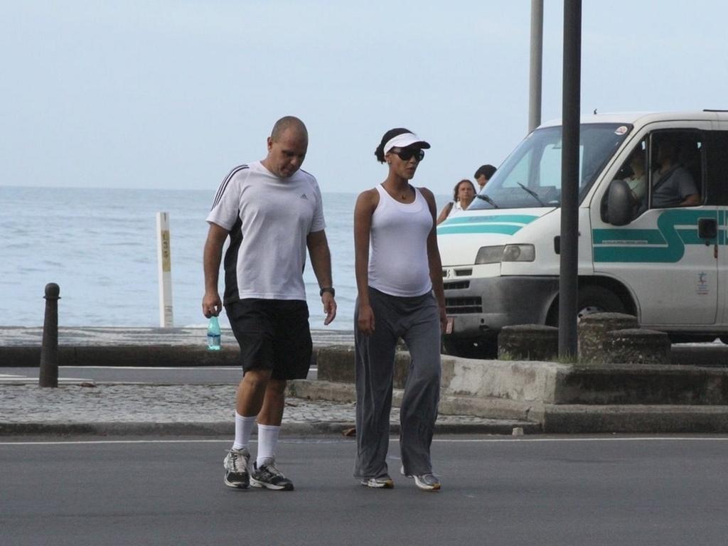 Taís Araújo caminha ao lado de seu personal trainer no Leblon (17/3/11)