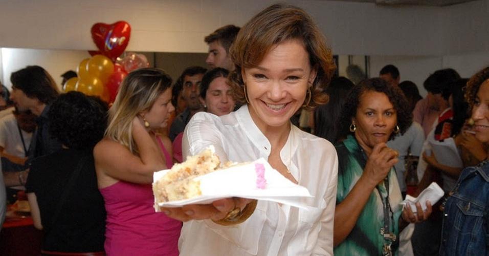 De brincadeira, Júlia Lemmertz oferece um pedaço de bolo no dia de seu aniversário (18/3/11)