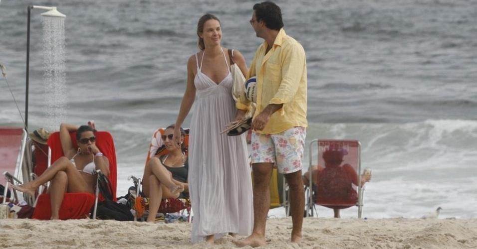 Letícia Birkheuer e Alexandre Furmanovich vão à praia de Ipanema, no Rio (20/3/11)