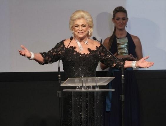 """Hebe recebe o prêmio """"Faz Diferença"""" no Rio (23/3/2011)"""