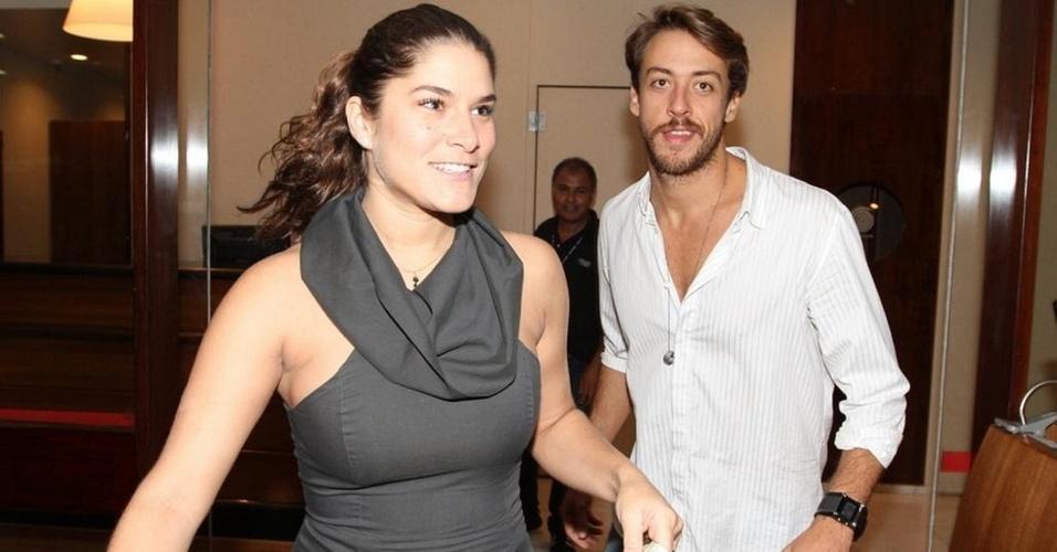 Priscila Fantin e Renan Abreu na estreia da peça