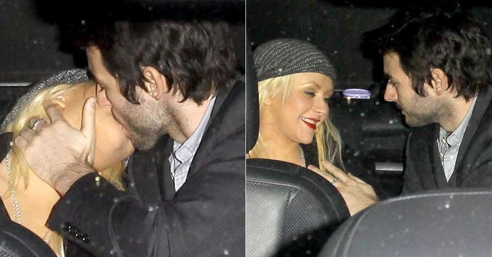 A cantora Christina Aguilera e o namorado Matthew Rutler trocam carinhos no banco traseiro de um carro dirigido por um motorista, na saída de um restaurante em Santa Monica (26/3/2011)