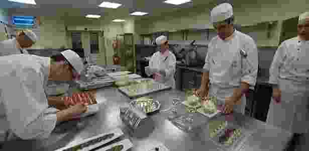 Cozinheiros trabalham na cozinha do Palácio de Buckingham, em Londres (29/3/2011) - BBC