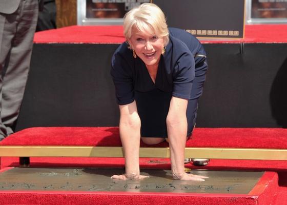 Helen Mirren imortaliza a marca de suas mãos e pés na Calçada da Fama de Hollywood (28/3/2011)
