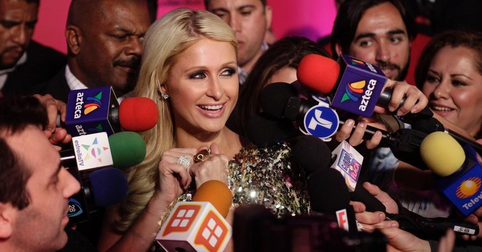 Paris Hilton é cercada por jornalistas durante coletiva sobre sua linha de sapatos, na Cidade do México (29/3/2011)