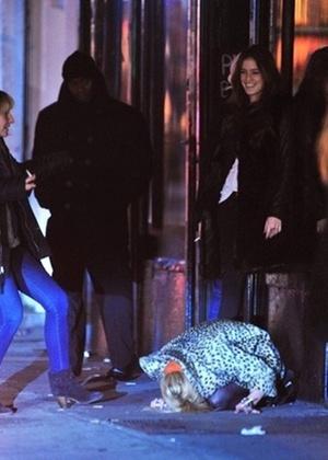 Lindsay Lohan cai na porta de um bar em Nova York (30/3/2011)