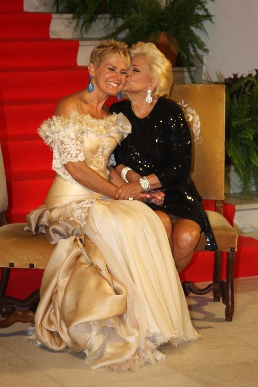 Xuxa recebe um beijo de Hebe Camargo em leilão beneficente, em São Paulo (30/3/11)