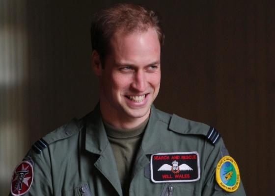 Príncipe William sorri para fotos durante visita ao RAF Valley, no País de Gales, (1/1/2011)