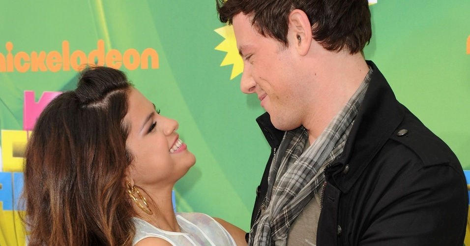 """Selena Gomez cumprimenta Cory Monteith, de """"Glee"""", ao chegar ao Kids' Choice Awards (02/04/2011)"""
