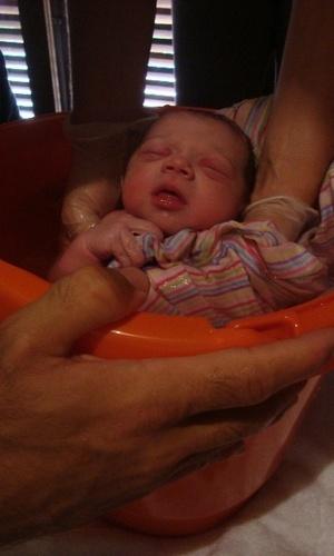 Joana, neta da apresentadora Ana Maria Braga, toma banho após nascer (3/2/2011)