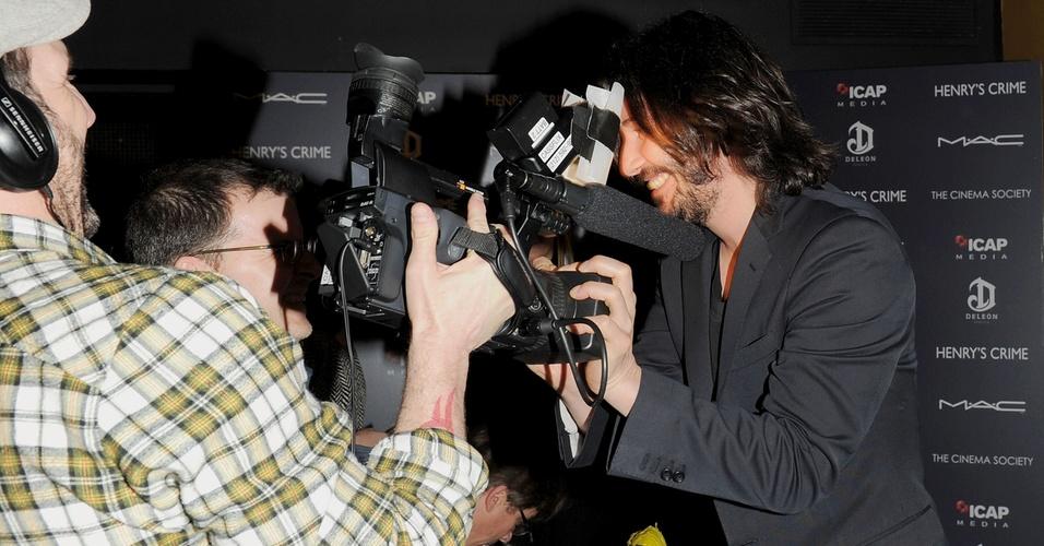 O ator Keanu Reeves faz graça com um câmera ao chegar à exibição especial do filme