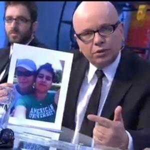 Segurando a foto da filha Luiza, que é gay, Marcelo Tas diz que tem muito orgulho de ser pai dela (5/4/2011)