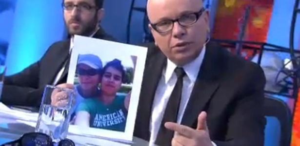 Segurando a foto da filha Luiza, que ela é gay, Marcelo Tas diz que tem muito orgulho de ser pai dela (5/4/2011)