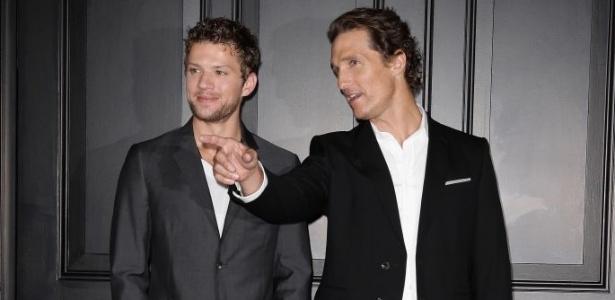 Os atores Ryan Phillippe e Matthew McConaughey assistem o filme