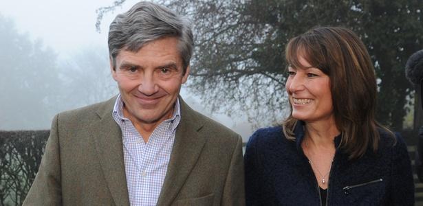 Michael e Carole Middleton, pais de Kate Middleton, do lado de fora de sua casa próximo ao vilarejo de Bucklebury, Inglaterra (16/11/2010) - Stefan Rousseau - WPA Pool/Getty Images