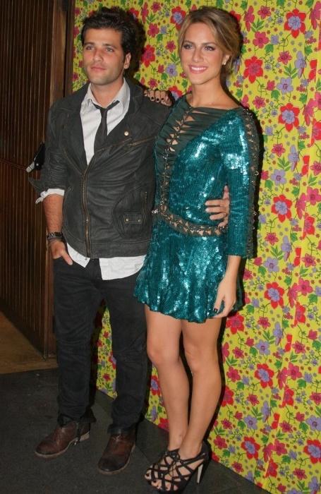 """Bruno Gagliasso chega acompanhado da mulher Giovanna Ewbank para a festa de lançamento da novela """"Cordel Encantado"""", da Globo, em São Paulo, na noite desta quinta-feira (7/4/2011)"""