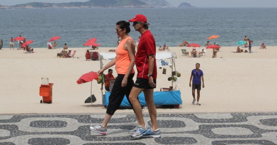A atriz Lilia Cabral caminha na orla do Leblon (RJ) ao lado do marido, Iwan Figueiredo (9/4/11)