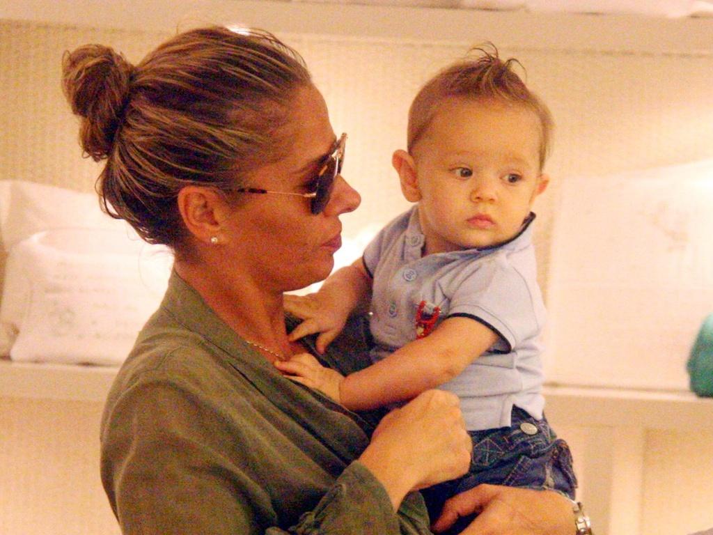 Adriane Galisteu passeia com o filho Vittorio, no Leblon, Rio de Janeiro (12/4/11)