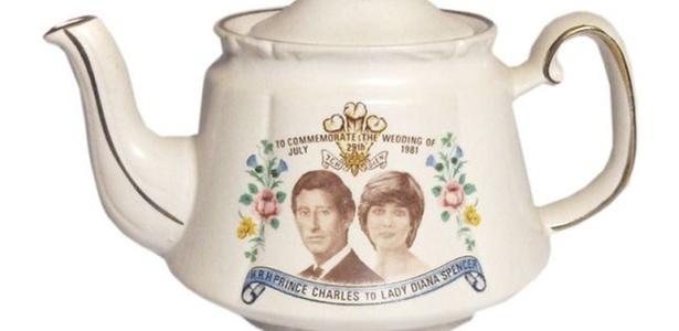 Bule comemorativo do casamento de Charles e Diana, à venda na loja Maiden, em Londres, que resolveu comemorar o casamento errado (abril/2011)