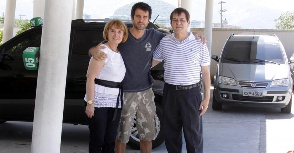 Eriberto Leão posa com o pai na maternidade onde João nasceu (7/2/11)