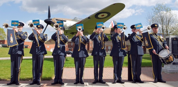 Membros da fanfarra da RAF posa para fotos no RAF Northolt, oeste de Londres (12/4/2011). A banda irá tocar no dia do casamento do príncipe William - Leon Neal/AFP