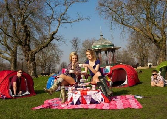 O acampamento Camp Royale, no parque Clapham Common, no sul de Londres, terá capacidade para 10 mil pessoas