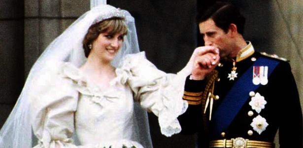 Princesa Diana e Príncipe Charles no balcão do Palácio de Buckinham, em Londres, após o casamento real (29/7/1981) - AFP