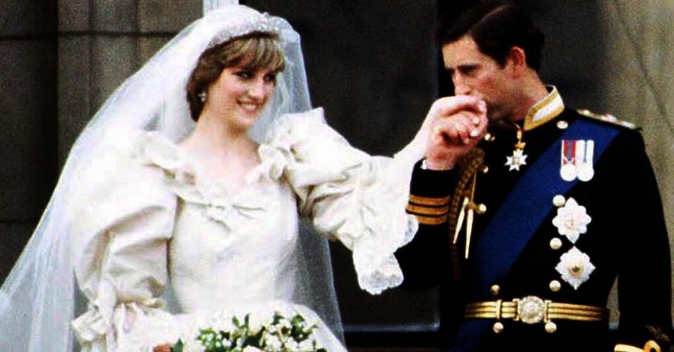 Princesa Diana e Príncipe Charles no balcão do Palácio de Buckinham, em Londres, após o casamento real (29/7/1981)