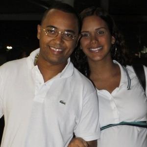 Dudu Nobre chega à Perinatal acompanhado da mulher, Priscila Grasso (13/4/11)