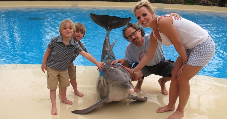Britney Spears, os filhos Sean Preston, Jayden James, e o namorado Jason Trawick tiram foto com golfinho, em Las Vegas (3/4/2011)