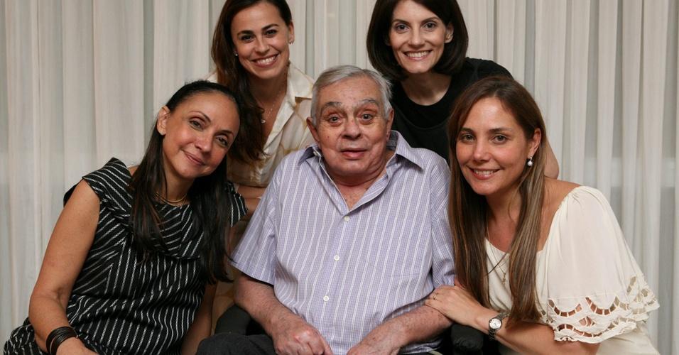 Chico Anysio comemora aniversário de 80 anos ao lado de Cininha de Paula, Daniela Escobar, Malga (sua esposa) e Heloisa Perissé (12/4/2011)
