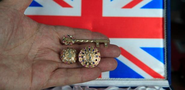 Joalheiro romeno Ovidiu Paraianu mostra dois anéis e uma chave que ele espera entregar para a Rainha Elizabeth, príncipe William e Kate Middleton, em Bucareste (15/4/2011)